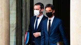 Le ministre de la Santé Oliver Véran et le porte-parole du gouvernement Gabriel Attal, à la sortie du Conseil des ministres à l'Elysée à Paris le 28 avril 2021. (XOSE BOUZAS / HANS LUCAS / AFP)