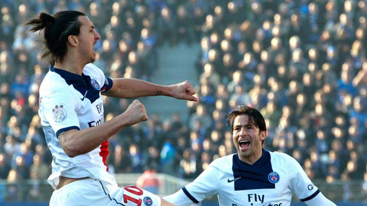 Ibrahimovic félicité par Maxwell (PASCAL POCHARD CASABIANCA / AFP)