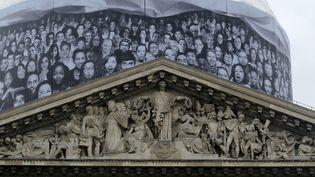 Au Panthéon, la bâche de chantier décorée par JR (3 juin 2014)  (Photo Valérie Oddos / Culturebox / France Télévisions)