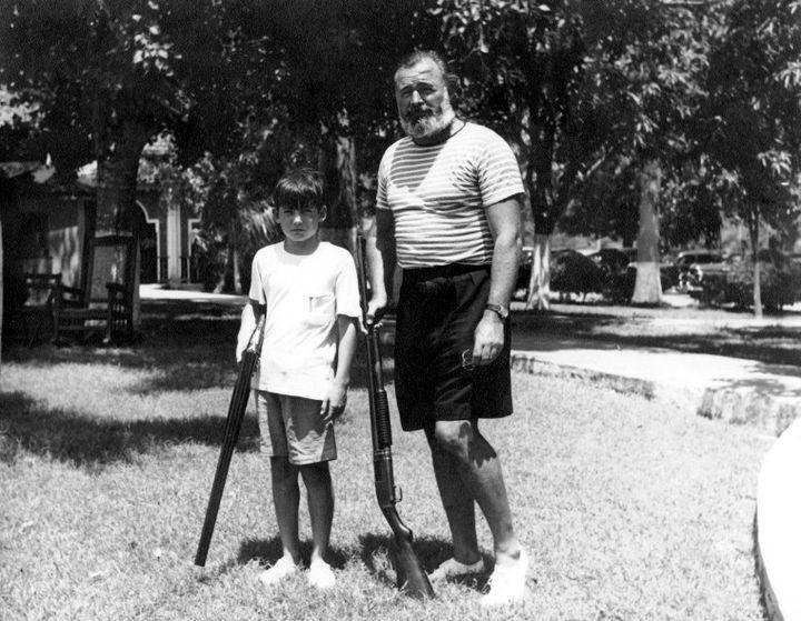Gregory et Ernest Hemingway pratiquant le tir au pigeons au Club de Cazadores, à Cuba. La photo n'est pas datée, mais semble avoir été prise au début des années 1940, probablement 1943. (Wikimedia Commons / Ernest Hemingway Photograph Collection, John F. Kennedy Presidential Library and Museum, Boston)