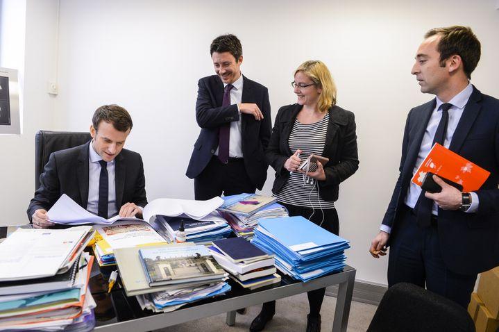 Benjamin Griveaux (au centre), lors d'une réunion avec Emmanuel Macronpendant la campagne présidentielle, le 12 janvier 2017 à Paris. (ELODIE GREGOIRE / REA)