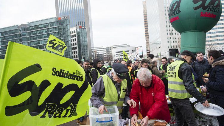 Le syndicat SUD-Rail manifeste en Champagne-Ardenne, le 16 octobre 2020. (NICOLAS PORTNOI / HANS LUCAS / AFP)