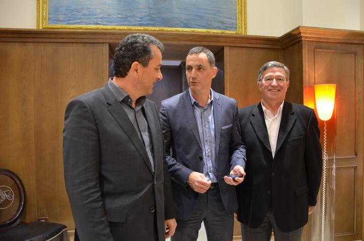 Gilles Simeoni (au centre) et ses nouveaux alliés, François Tatti (à gauche, divers-gauche), et Jean-Louis Milani (à droite, UMP), le 26 mars 2014 à Bastia (Haute-Corse). (THOMAS BAIETTO / FRANCETV INFO)