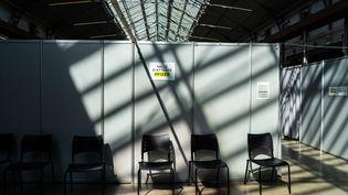 Une salle d'attente pour lespatients venus se fairede vaccinerdans un centre parisien, le 27 avril 2021. (AMAURY CORNU / AFP)