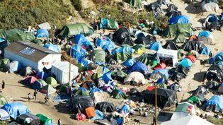 """Une photo aérienne prise le 8 octobre 2015 de la """"jungle"""" de Calais (Pas-de-Calais), où vivent des milliers de migrants et de réfugiés. (DENIS CHARLET / AFP)"""