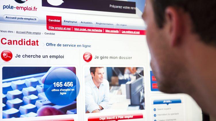 Un chômeur consulte le site de Pôle emploi, le 25 juillet 2013, à Paris. (MAXPPP)
