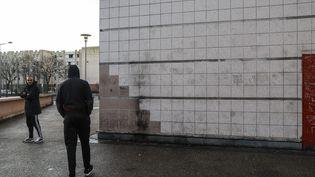 C'est à cet endroit de la cité des 3 000, à Aulnay-sous-Bois (Seine-Saint-Denis), que Théo, 22 ans, a été blessé par quatre policiers, jeudi 2 février 2017. (MAXPPP)