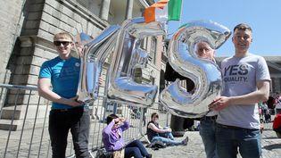 """Des militants du """"oui"""" célèbrent la légalisation du mariage homosexuel en Irlande, samedi 23 mai 2015 à Dublin. (PAUL FAITH / AFP)"""