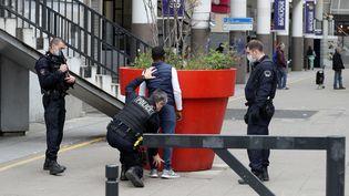 Des agents de la CSI 93 contrôlent unhomme le 2 avril 2020, à Saint-Ouen (Seine-Saint-Denis). (LUDOVIC MARIN / AFP)