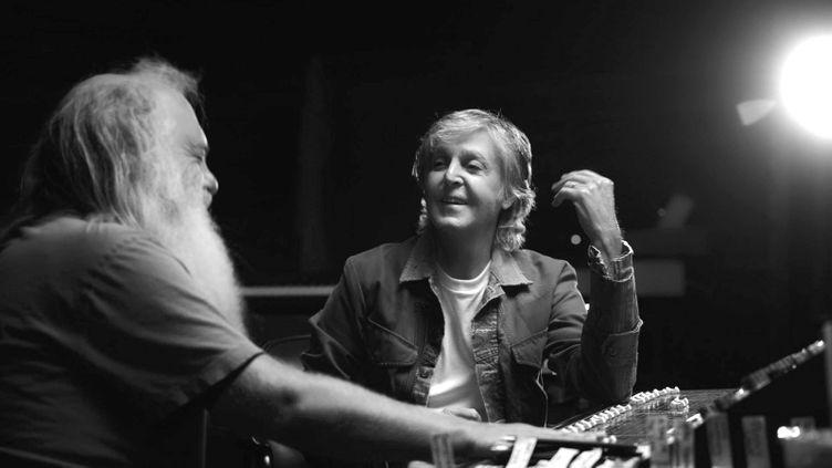 """Le musicien Paul McCartney raconte son travail avec les Beatles au producteur Rick Rubin, dans la série """"McCartney 3,2,1"""" visible en France sur Disney+ ( COURTESY OF HULU)"""