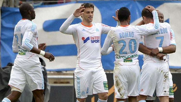 Les Olympiens félicitent Benoît Cheyrou après son ouverture du score sur coup-franc. (ANNE-CHRISTINE POUJOULAT / AFP)