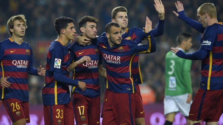 Munir El Haddadi félicité par ses coéquipiers et notamment Jérémy Mathieu (LLUIS GENE / AFP)