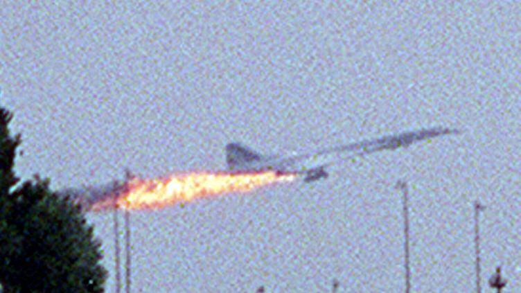 Le Concorde en flammes avant de s'écraser àGonesse (Val-d'Oise), le 25 juillet 2000. (ANDRAS KISGERGELY / MAXPPP)