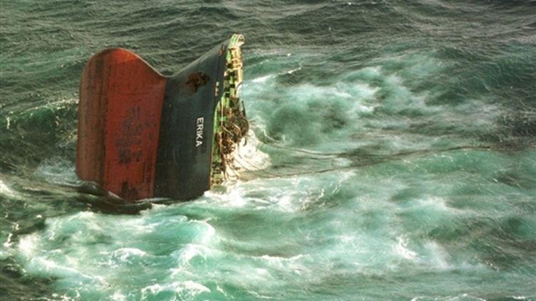Le pétrolier Erika en train de sombrer, au large de Penmarc'h (Finistère), le 12 décembre 1999 (AFP / Marine nationale)