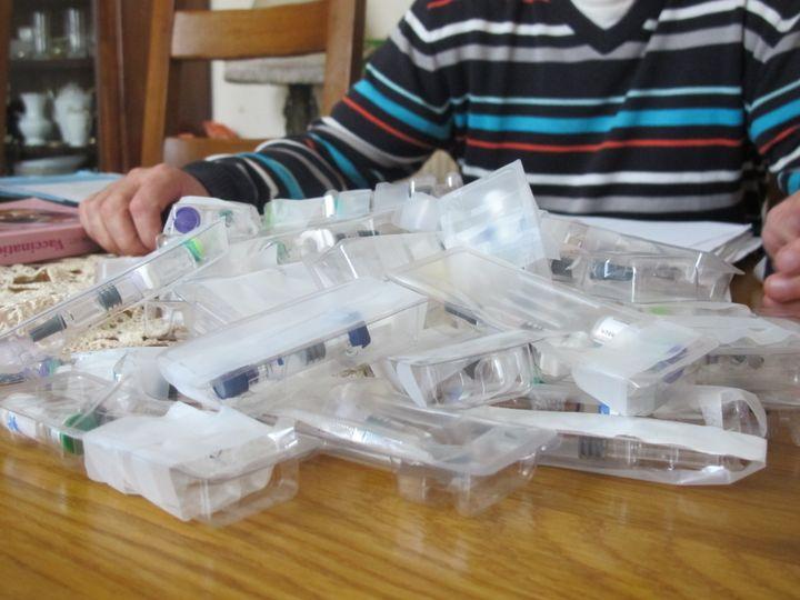 Jacques Bessin montre les vaccins non-utilisés qui lui ont été envoyés à la suite de la collecte qu'il a lancée,à Lisieux (Calvados), mercredi 17 septembre 2014. (T.LISSITZKY)