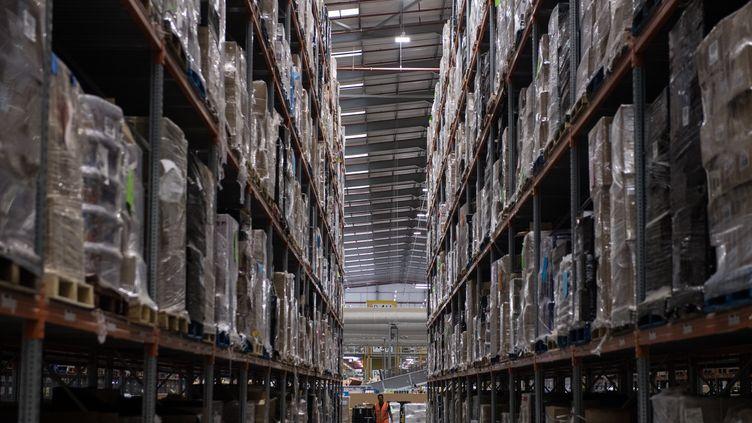 Un employé d'Amazon, dans un entrepôt de Peterborough, en Angleterre, le 15 novembre 2017. (CHRIS J RATCLIFFE / AFP)