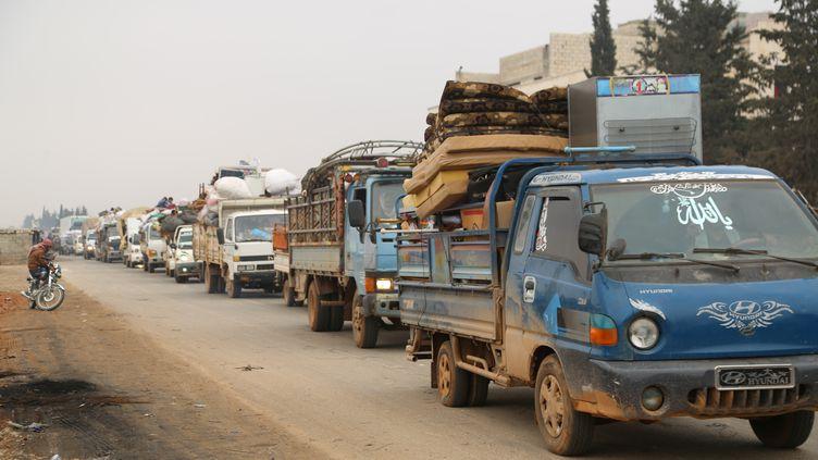 Des habitants de la province d'Idleb fuient la ville deMaaret al-Noomane, visée par des bombardements des armées syrienne et russe, le 24 décembre 2019. (MAHMOUD HASSANO / REUTERSa)