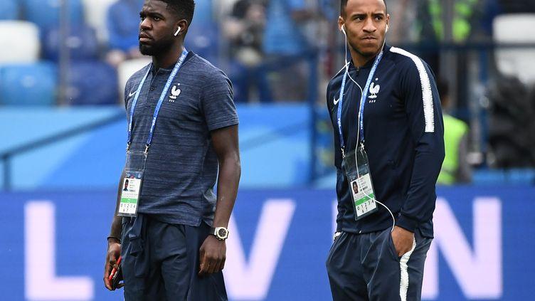 Samuel Umtiti et Corentin Tolisso reconnaissent le terrain avant le quart de finale du Mondial entre la France et l'Uruguay, le 6 juillet 2018 à la Nijni Novgorod Arena (Russie). (FRANCK FIFE / AFP)