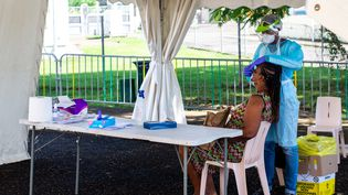 Une personne effectue un test PCR dans une clinique en plein air à Goyave, en Guadeloupe, le 23 septembre 2020. (LARA  BALAIS / AFP)