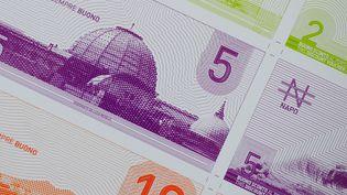 """Des billets de 2, 5 et 10 """"napos"""", la monnaie locale de Naples (Italie). (MARIO LAPORTA / AFP)"""