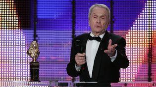 Robert Hirsch reçoit un Molière du meilleur acteur à Paris, le 14 mai 2007. (PIERRE VERDY / AFP)