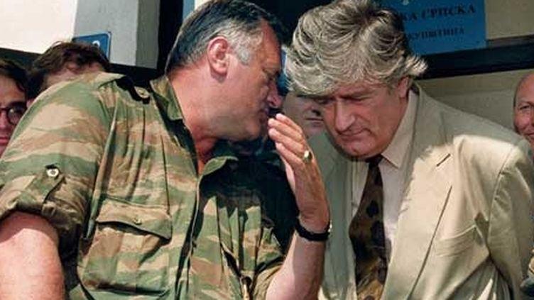 Radko Mladic (à gauche) et Radovan Karadzic, ici en 1993, sont aujourd'hui devant le TPIY. (MICHAEL EVSTAFIEV / AFP)