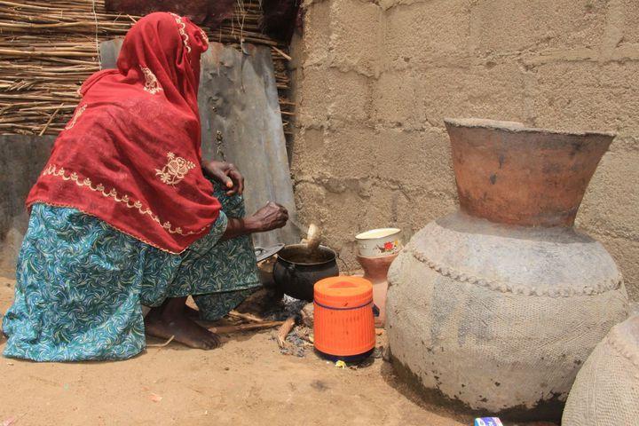 Une femme prépare à manger. Dans le camp de Yawuri, les réfugiés manquent de tout, y compris à manger. (AUDU MARTE / AFP)