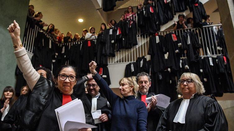 Des avocats manifestent contre la réforme des retraites à l'intérieur du palais de justice de Lyon le 13 janvier 2020. (PHILIPPE DESMAZES / AFP)