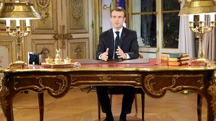 """Emmanuel Macron s'adresse aux Français depuis l'Elysée lors de la crise des """"gilets jaunes"""", le 10 décembre 2018. (Ludovic MARIN / AFP)"""