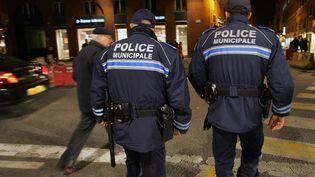 Deux policiers municipaux dans les rues de Toulouse, le 24 janvier 2006. (GEORGES GOBET / AFP)