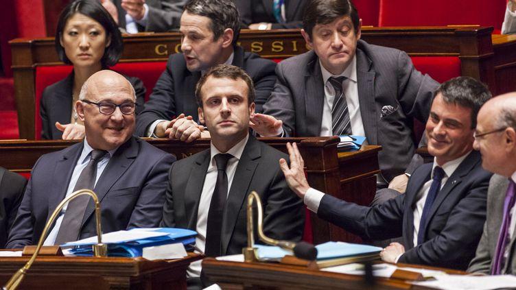 Le Premier ministre, Manuel Valls, tape sur l'épaule de son ministre de l'Economie, Emmanuel Macron, le 17 février 2015, à l'Assemblée nationale. (CITIZENSIDE/AURELIEN MORISSARD/AFP)