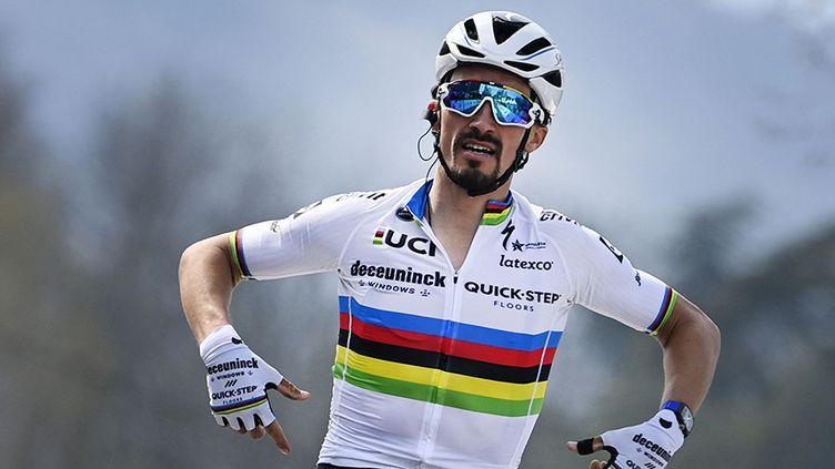 Le Français Julian Alaphilippe au sommet du Mur de Huy pour sa 3e victoire dans la Flèche Wallonne, le 21 avril 2021.