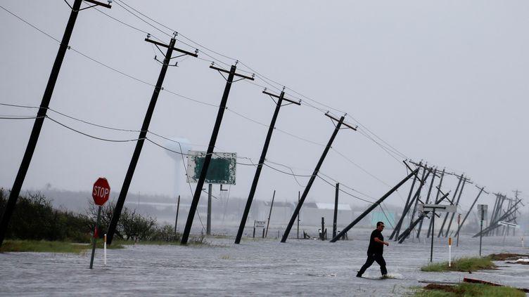 Une route noyée par la tempête Harvey à Rockport (Texas), le 26 août. (ADREES LATIF / REUTERS)
