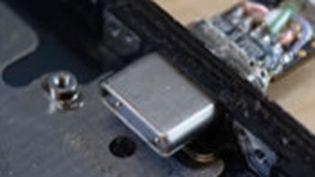 Ken Pillonel, étudiant en robotique explique sur sa vidéo YouTube comment ilcrée un iPhone avec un port USB-C. (CAPTURE D'ÉCRAN)