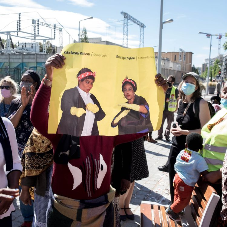 Desgrévistes de l'hôtel Ibis Batignolles manifestentdevant le siège social du groupe Accor, le 8 septembre 2020. Une des participantes brandit une affiche avec les deux porte-parole du mouvement : Rachel Keke etSylvie Kimissa Esper. (BRUNO LEVESQUE / MAXPPP)