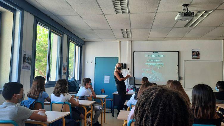 Véronique Triaille dans sa classeau collège Henri Matisse, à Nice. (NOEMIE BONNIN / RADIO FRANCE)