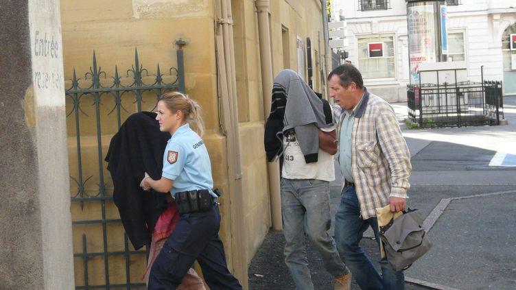 Les parents présumés de la fillette retrouvée dans le coffre d'une voiture ont été conduits au palais de justice de Brive (Corrèze), le 27 octobre 2013. ( MAXPPP)