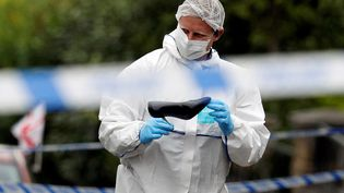 Un enquêteursur la scène du crime dela députée Jo Cox, jeudi 16 juin 2016, àBirstall (Royaume-Uni). (PHIL NOBLE / REUTERS)