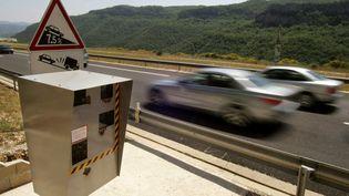 Un radarautomatique contrôle la vitesse des automobilistes sur l'A75 dans l'Hérault, le 30 juin 2005. (DOMINIQUE FAGET / AFP)