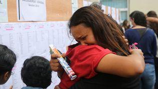 Résultats du bac devant un lycée de Saint-Denis de La Réunion, le 7 juillet 2015. (RICHARD BOUHET / AFP)