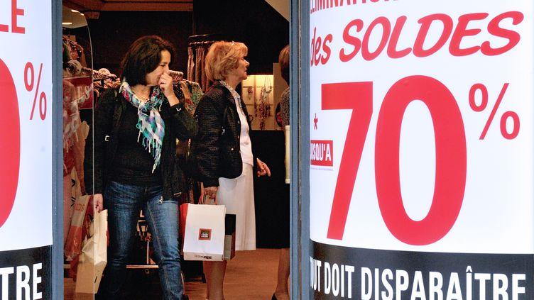Shopping durant les soldes d'été à Lille (Nord), le 26 juin 2013. (PHILIPPE HUGUEN / AFP)