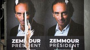 Des affiches de soutien à Eric Zemmour, le 29 juin 2021 à Paris. (LUDOVIC MARIN / AFP)