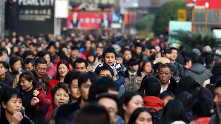 Un enfant sur les épaules de son père, le 28 janvier 2017, à Shanghai (Chine). (KE WEI / IMAGINECHINA / AFP)