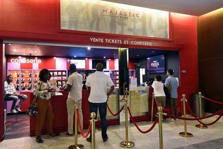 Bar à sodas et pop-corn au cinéma Majestic d'Abidjan, le 20 octobre 2017. (SIA KAMBOU/AFP)
