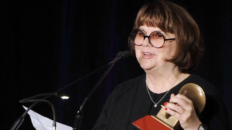 """Linda Ronstadt reçoit un trophée pour l'ensemble de sa carrière (""""Life time achievement Award"""") lors d'une cérémonie à Las Vegas, le 9 novembre 2011  (Chris Pizello / AP / Sipa)"""