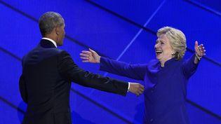 Le président américain, Barack Obama, et la candidate démocrate, Hillary Clinton, le 27 juillet 2016 devant la convention démocrate à Philadelphie. (SAUL LOEB / AFP)
