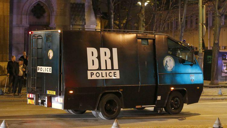 Un camion de la BRI, lors de l'assaut mené contre un appartement de Saint-Denis (Sene-Saint-Denis), le 18 novembre 2015. (FRANCOIS MORI / AP / SIPA)
