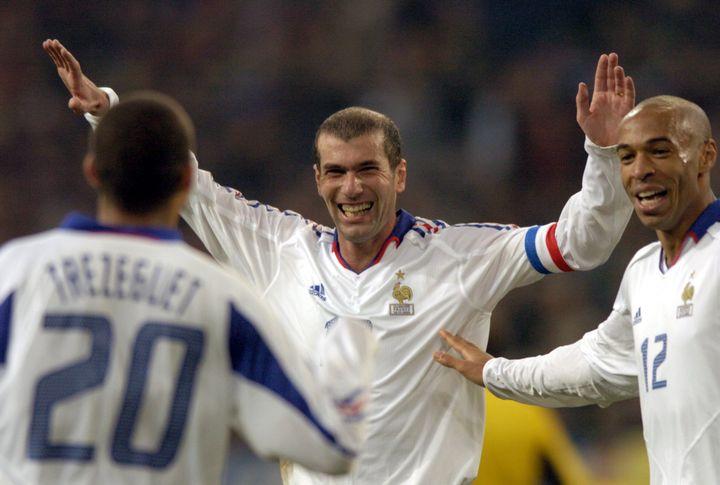 Les joueurs Français David Trézéguet, Zinédine Zidane et Thierry Henry, vainqueurs 3-0 contre l'Allemagne, le 15 novembre 2003 à Gelsenkirchen (Allemagne). (OLIVER BERG / DPA / AFP)