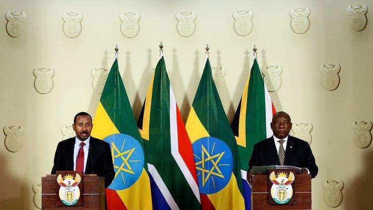 Le Premier ministre Ethiopien (à gauche), le président sud-africain Cyril Ramaphosa et leurs homologues africains réclament 150 milliards de dollars d'aide pour lutter contre le coronavirus. Photo prise à Prétoria, lors d'une conférence de presse, le 12 janvier 2020. (Phill Magakoe / AFP)