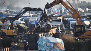 Les équipes de démolition sont à pied d'oeuvre, le 27 octobre 2016, pour finir le démantèlement du camps de migrants de Calais. (PHILIPPE HUGUEN / AFP)